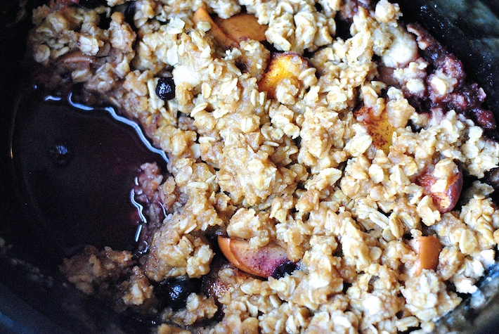 Slow Cooker Peach Berry Crisp Recipe
