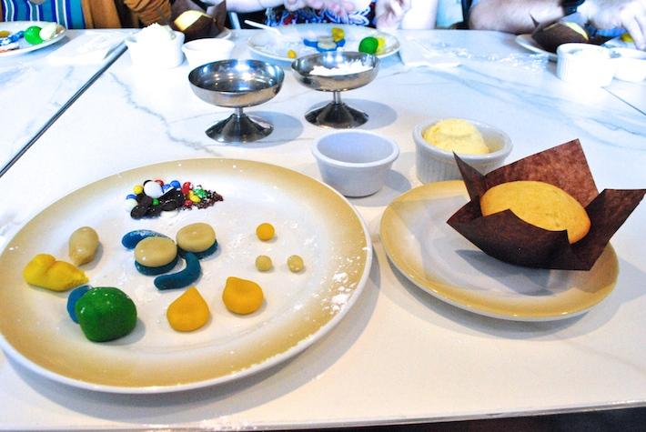 make a penguin cupcake